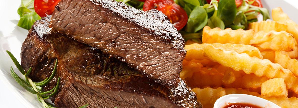 Steak mit Pommesfrites und Salat